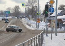 В Новосибирске на улице Кедровой сдали в эксплуатацию первый этап реконструкции. Семиисотметровый участок между улицами Краузе и Охотской стал шире практически в два раза. Дорожные строители уже приступили ко второму этапу реконструкции.