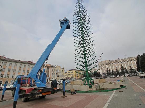На площади Советов в Улан-Удэ установили каркас самой высокой елки