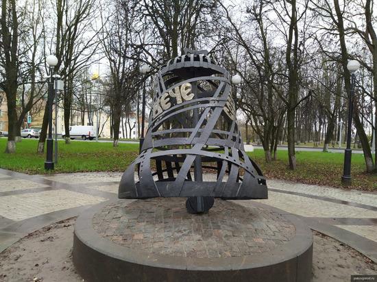 Стало известно, когда установят скамейки в псковском сквере Народовластия