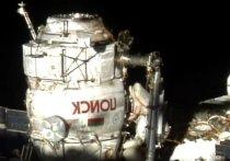При выходе российских космонавтов из МКС в космос улетела неопознанная деталь