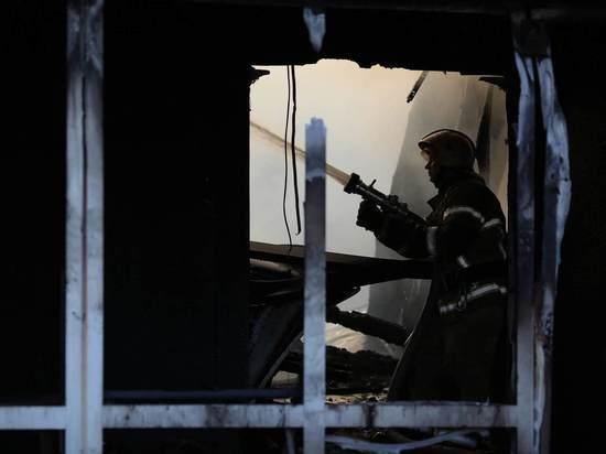 Ночью на юге Волгограда загорелся торговый павильон