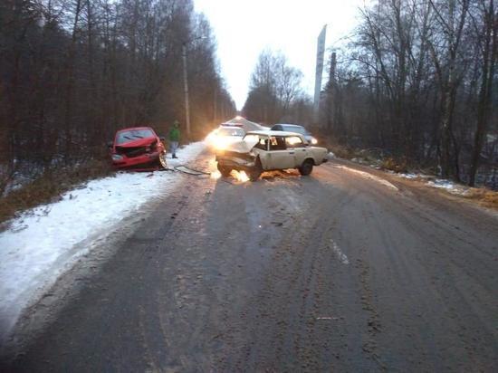 В Тверской области на скользкой дороге столкнулись две легковушки