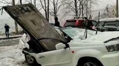 Бетонная плита разрубила иномарку во Владивостоке: видео