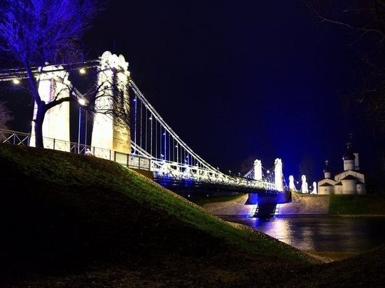 Цепные мосты Острова подсветили за 15 миллионов рублей