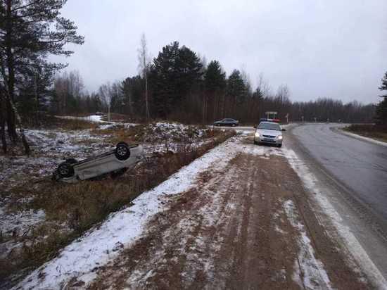 В Тверской области иномарка вылетела с дороги и перевернулась