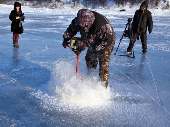 Лёд для новогодних скульптур готовят в Магадане