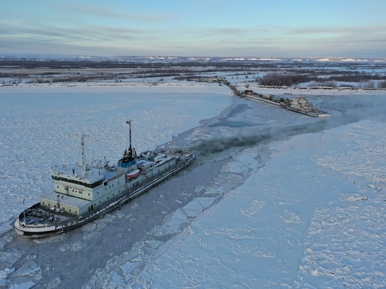 Паром через Лену в сопровождении ледокола будет ходить до 25 ноября включительно