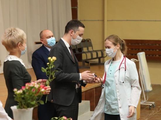 Министр здравоохранения региона наградил врачей-педиатров