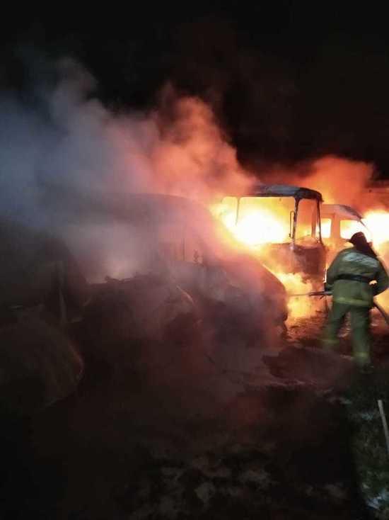 Ночью в Тверской области сгорели четыре микроавтобуса Mercedes