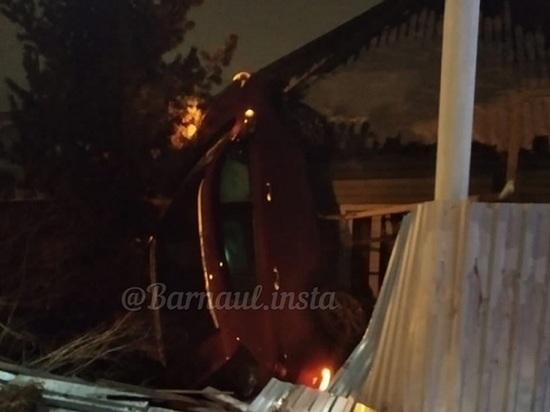 Очевидцы предполагают, что за рулем автомобиля, влетевшего в дом, был чиновник барнаульской администрации