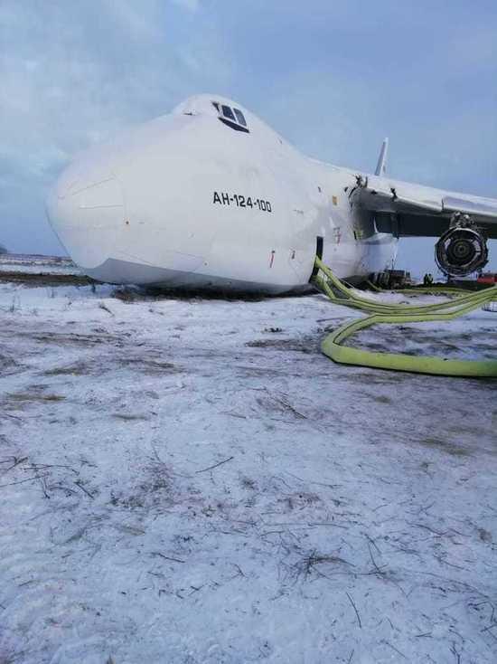 В Толмачево самолет выкатился за пределы взлетно-посадочной полосы