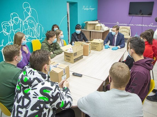 Глава Хакасии изнутри изучил работу волонтёров, помогающим ковид-больным