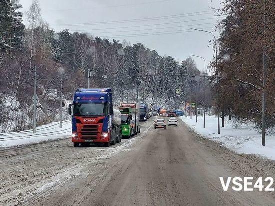 Кемеровские власти сообщили о работе над устранением пробки из-за большегрузов