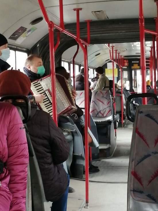Мужчина сыграл на аккордеоне  для псковичей в городском автобусе