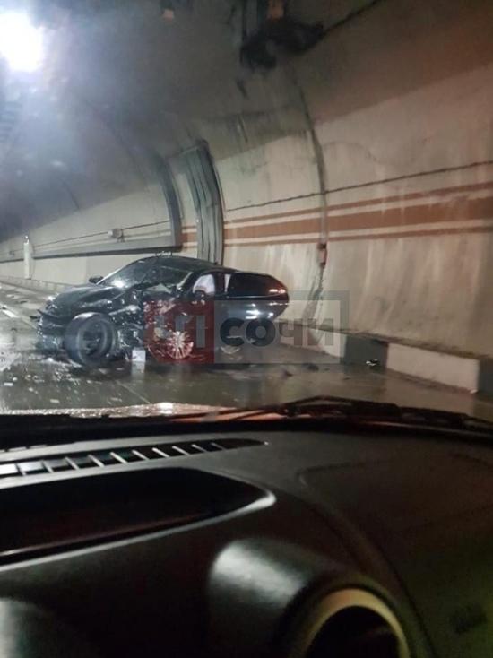 В сочинском тоннеле столкнулись три авто