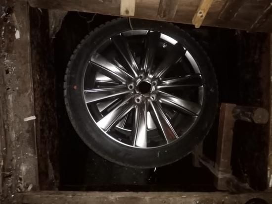 С машины тверитянина украли четыре колеса