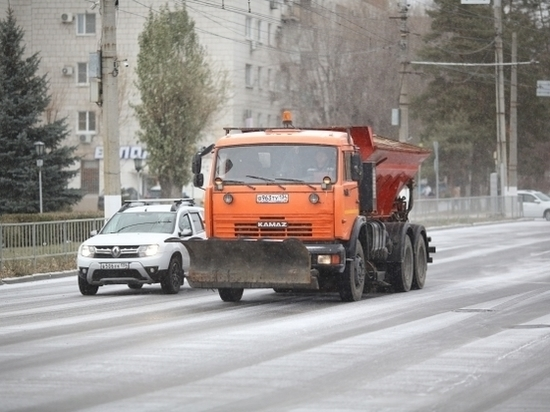 Дороги Волгограда чистят от снега более 70 спецмашин