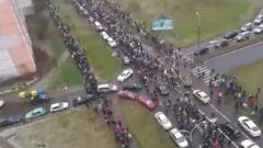 В Минске собралась огромная колонна протестующих: власти согнали технику