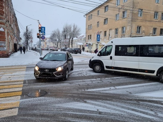 "В Калуге ""Лада"" столкнулась с микроавтобусом"