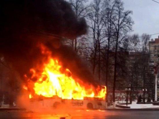 В Чебоксарах автобус с пассажирами вспыхнул во время движения