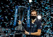 Российский теннисист Даниил Медведев выиграл самый значимый свой титул в карьере — в финале Итогового турнира ATP в Лондоне победил третью ракетку мира Доминика Тима