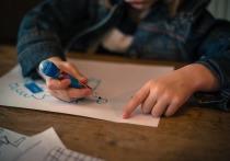 Постеры с детскими рисунками украсят к Новому году улицы Петербурга