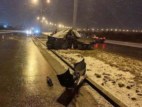 21-летний водитель погиб в Иркутске, въехав в столб