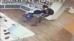 Запись одного из нападений на салон сотовой связи попала на видео