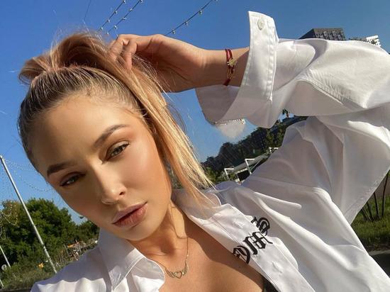 Звезда сериала «Татьянин день» Наталья Рудова в Stories своего Instagram поделилась очередным фото соблазнительной фигуры