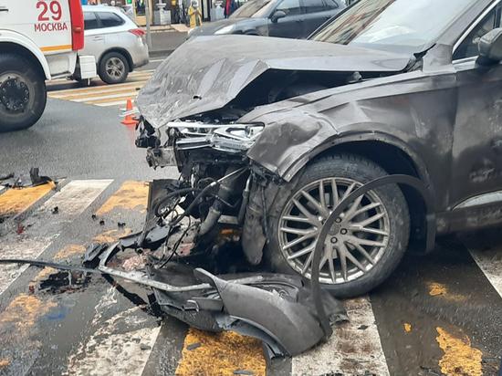 В смертельном ДТП на северо-западе Москвы, случившемся 24 ноября, виновником, вероятнее, признают водителя внедорожника «Ниссан» - шофер не уступил дорогу перед поворотом на перекрестке и после столкновения с другой машиной выехал на тротуар