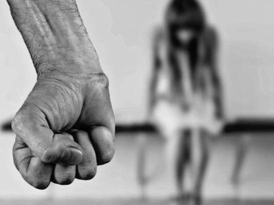 В Чувашии мужчина избивал палкой малолетнюю дочь сожительницы