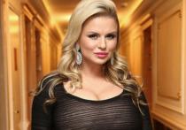 Фото Семенович в облегающем платье с декольте покорило фанатов