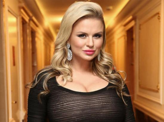 Певица и бывшая участница группы «Блестящие» Анна Семенович опубликовала на своей странице в Instagram фото в облегающем черном платье с декольте