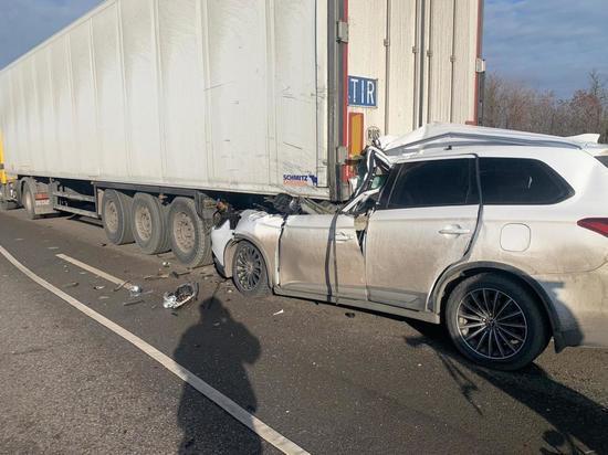 Два человека погибли ДТП с участием легковушки и большегруза в Ростовской области