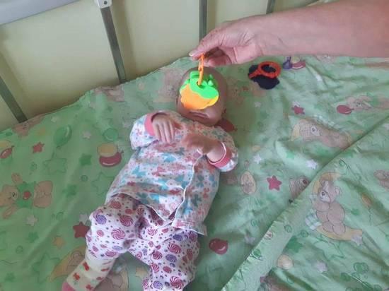 Девочка из Карпинска Свердловской области, которую мать пять месяцев прятала в шкафу и морила голодом, набрала вес 5,4 килограмма