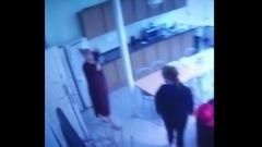 Вымогавшая у Тарзана деньги женщина попала на видео: кадры из хостела