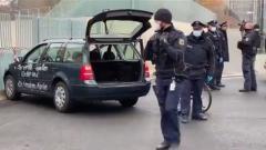 """Забор Меркель протаранила машина с призывами: """"Остановите полицию"""""""