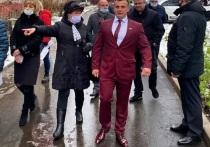 В соцсетях пользователи обратили внимание на вкус депутата Смоленского городского Совета Максима Баранова, вышедшего к жителям округа №6 в малиновом пиджаке
