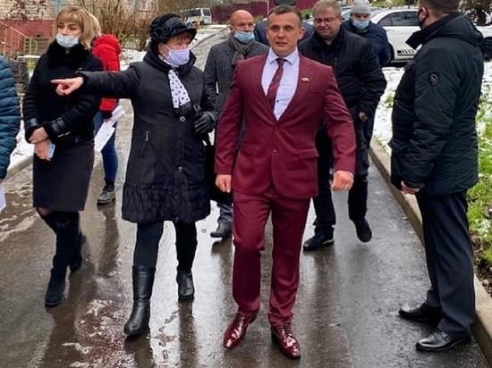 Смоленский депутат объяснил пользу костюма из 90-х