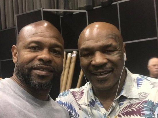 В ночь с 28 на 29 ноября в Лос-Анджелесе состоится выставочный поединок между двумя легендарными боксерами. 54-летний Майк Тайсон и 51-летний Рой Джонс встретятся в ринге, хотя могли это сделать 17 лет назад. «МК-Спорт» расскажет, когда, где и зачем смотреть бой двух пенсионеров.