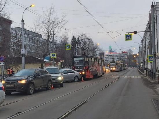 Трамвай в центре Иркутска протаранил четыре авто