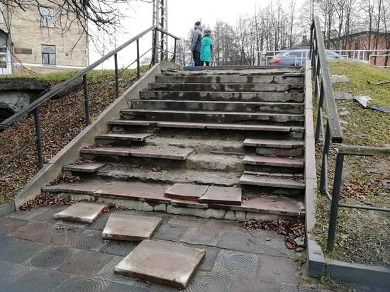 Развалившуюся лестницу в Петрозаводске не собираются ремонтировать в этом году