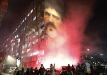 Ушла легенда мирового футбола. У Диего Марадоны остановилось сердце на 61-м году жизни. В Аргентине объявлен трехдневный траур. В честь футболиста переименуют стадион «Наполи». Тысячи людей вышли на улицы, разделяя горе между собой. На смерть Марадоны отреагировали почти все звезды спорта, политики и обычные болельщики.
