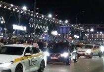 Группу жуликов, которые помогали автомобилистам сэкономить на парковке в аэропорту «Шереметьево», вычислили, но не сумели задержать сотрудники местной службы охраны