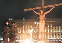 20-летний Павел Крисевич прославился после того, как устроил перформанс в образе Иисуса Христа у здания ФСБ в Москве