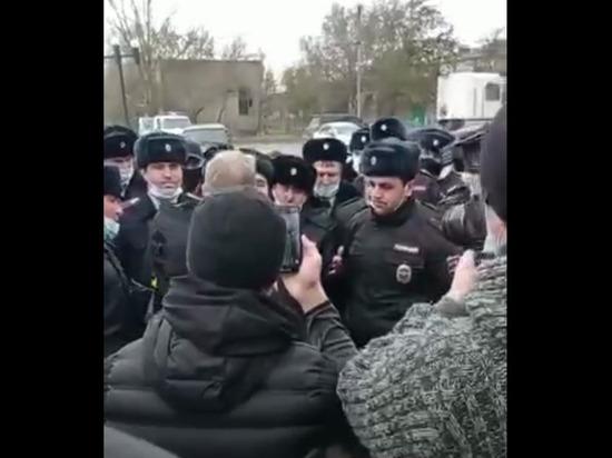 В Дагестане полицейские устроили митинг в поддержку организатора теракта