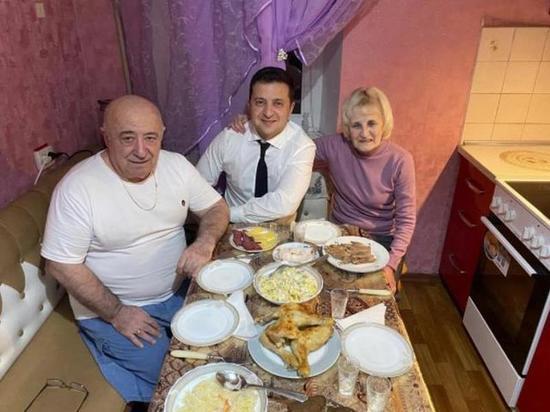 Зеленский опубликовал редкое домашнее фото с родителями