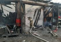 В Екатеринбурге сгорел автосервис, повреждены два автомобиля