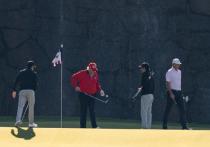 Действующий президент США Дональд Трамп выругался на лунку для игры в гольф, не сумев попасть в цель