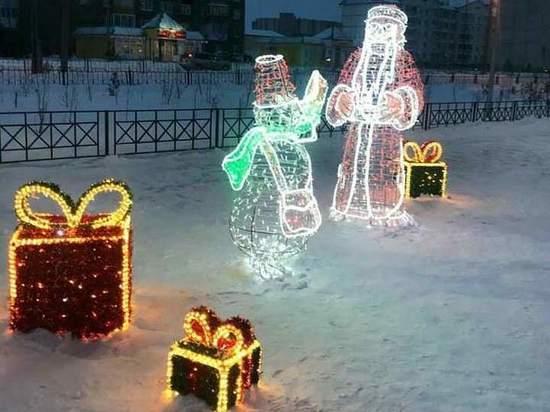 В Новом Уренгое в районе Коротчаево устанавливают новогоднюю ель